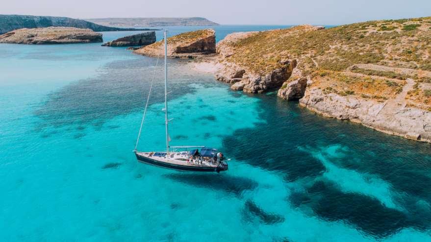 Boot in der blauen Lagune auf Malta