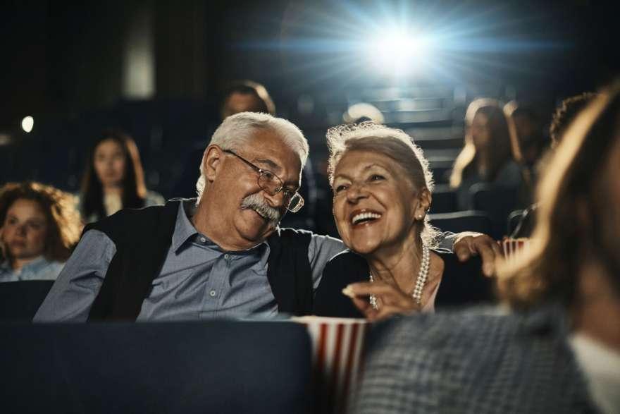 Älteres Paar beim Kinobesuch