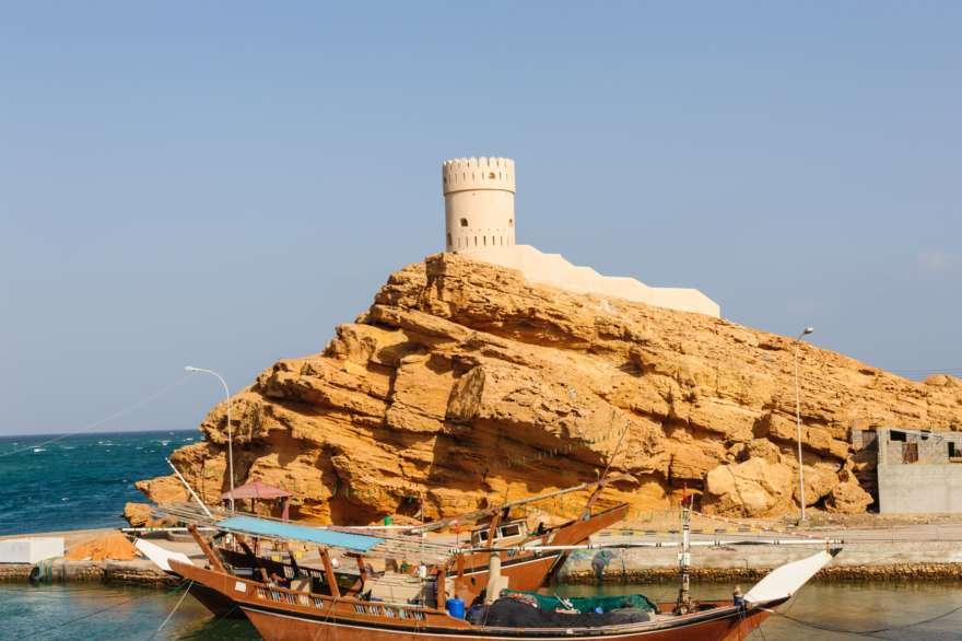 Dhau vor der Küste von Sur im Oman