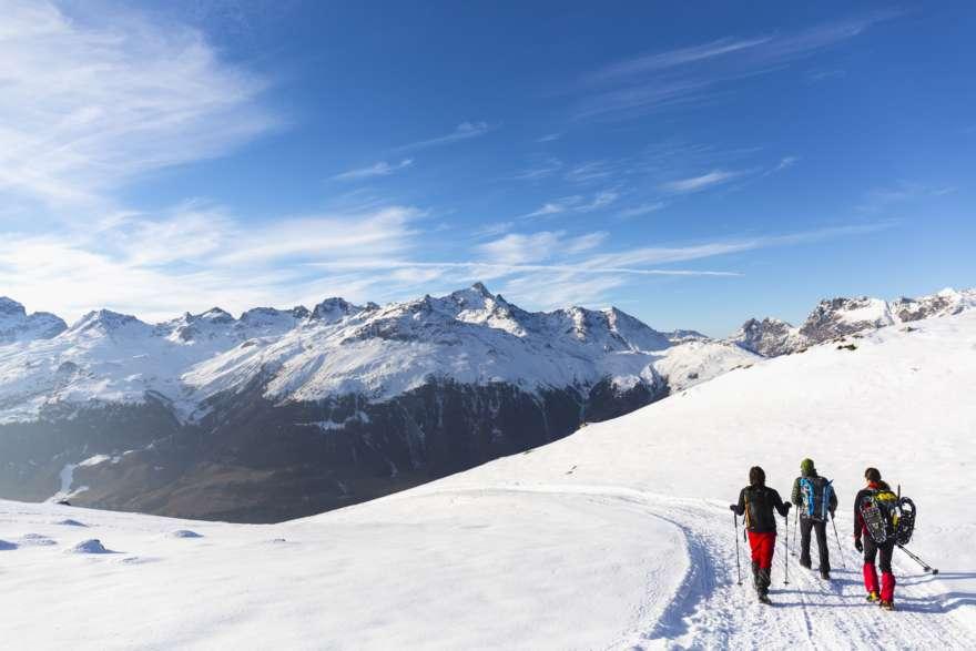 Wanderer mit Ausrüstung für eine Winterwanderung