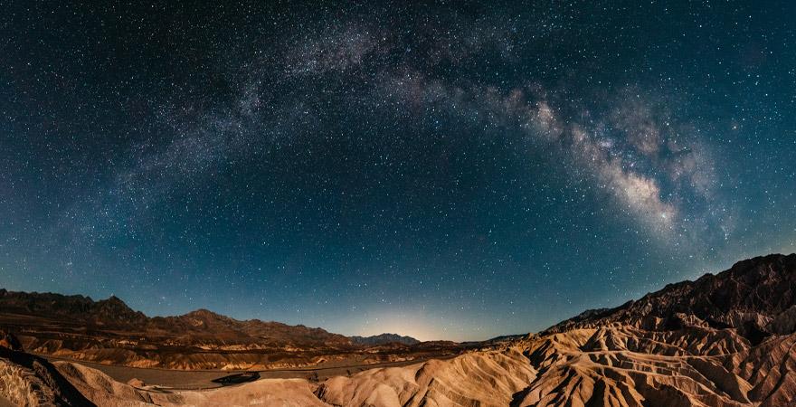 Nacht mit Sternenhimmel im Death Valley National Park