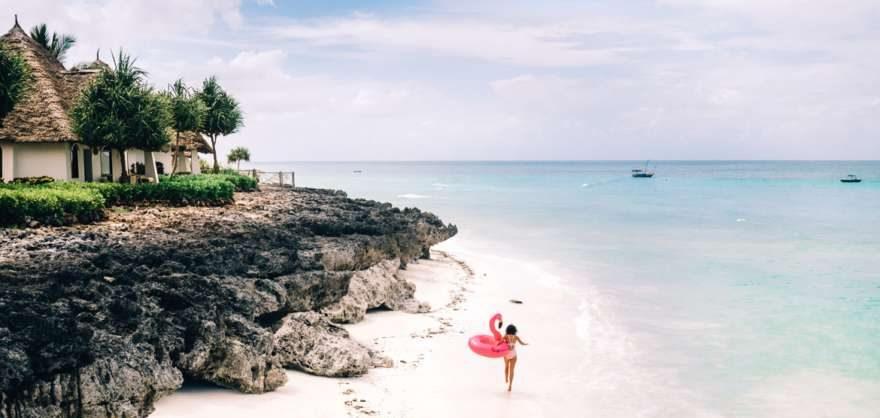 Jana am Strand von Sansibar