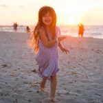 Kind am Strand von Varadero auf Kuba