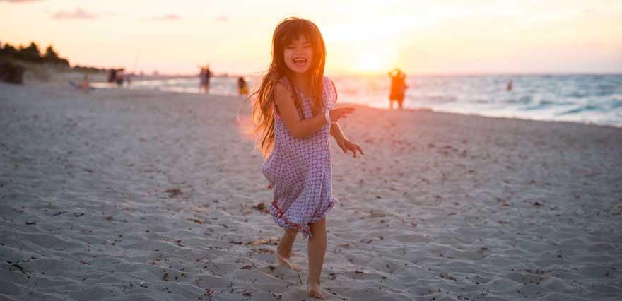 Kind am Strand von Varadero