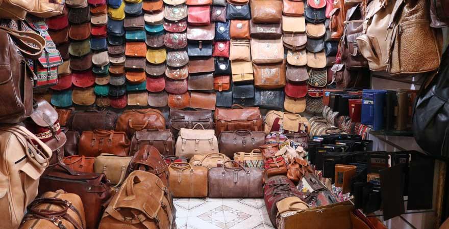 Markt mit Taschen in Marokko