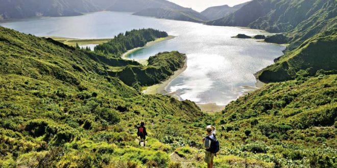 Wandern über die grünen Krater von São Miguel – Vulkanschönheit im weiten Ozean