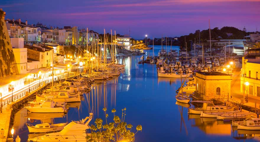 Mahon auf Menorca in Spanien bei Nacht