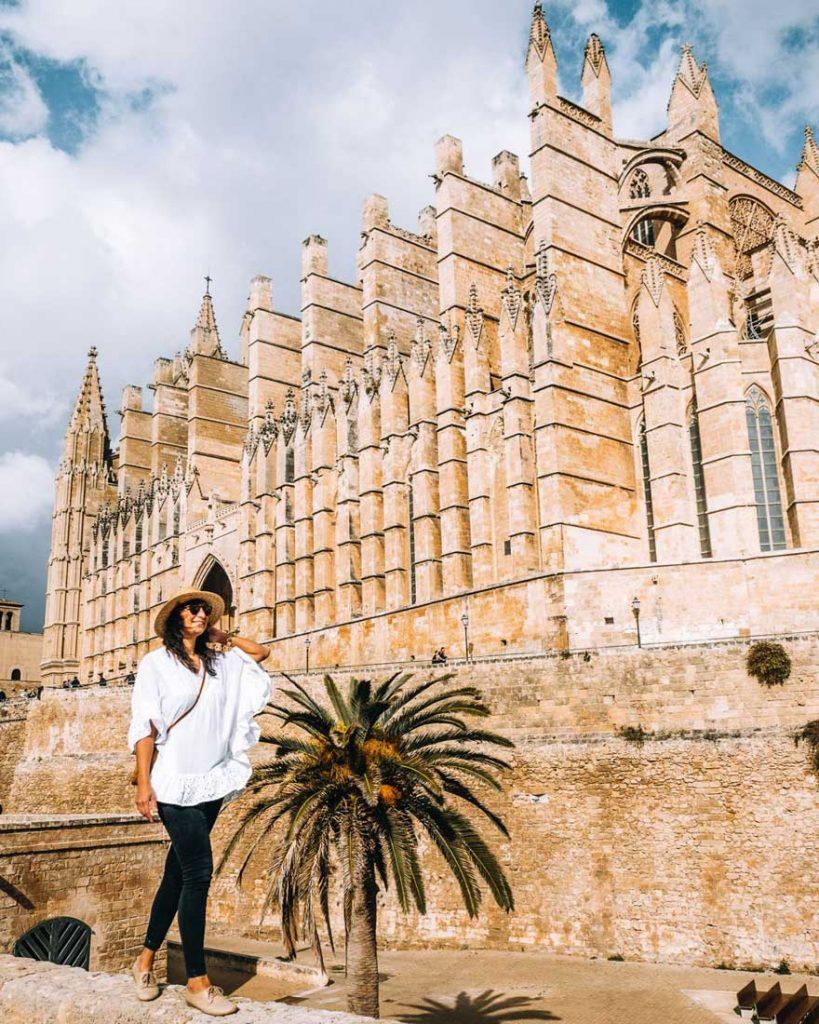 Jana vor der Kathedrale in Palma auf Mallorca