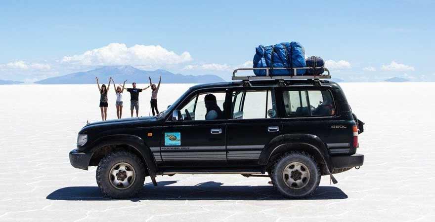 Auto in der Uyuni Salzwueste in den Anden in Bolivien