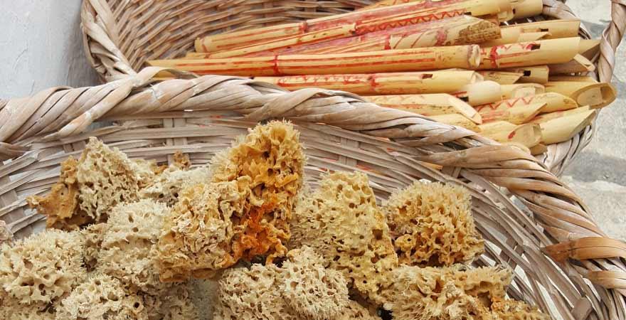 Schwaemme und Floeten auf einem tunesischen Markt