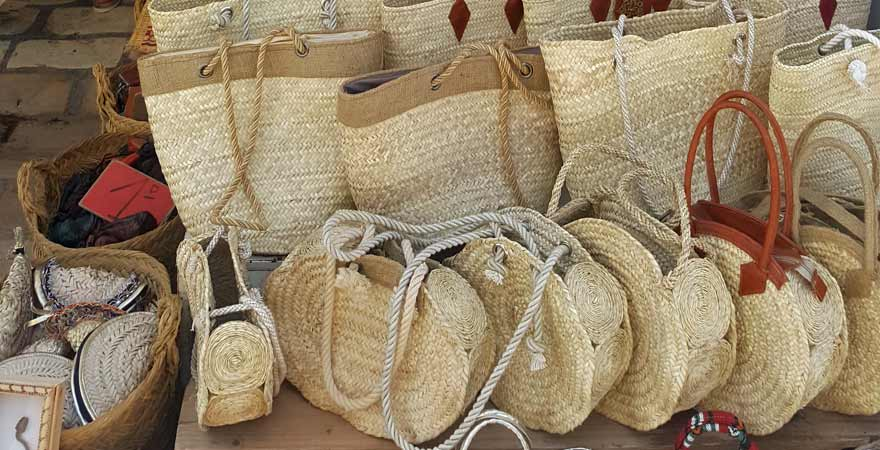 Korbtaschen auf einem tunesischen Markt