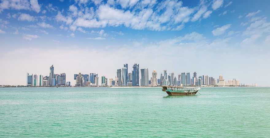 Dhau vor der Kueste Dohas in Katar
