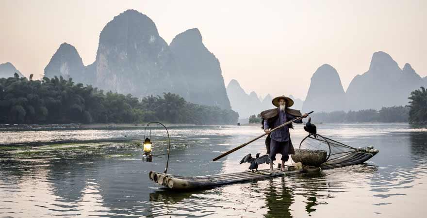 Fischer auf dem Li Fluss in der Karstkegellandschaft von Yangshuo in China