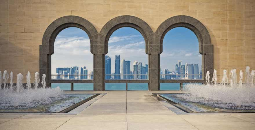 Innenhof des Museums fuer-Islamische-Kunst-und Skyline von Doha in Katar