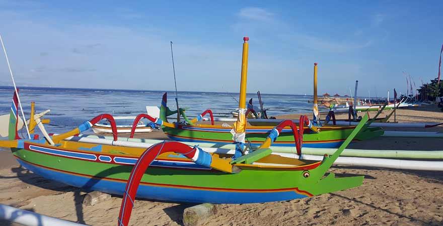 Boote am Strand in Sanur auf Bali