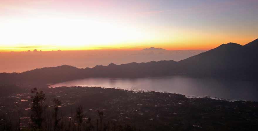 Sonnenaufgang auf dem Mount Batur auf Bali
