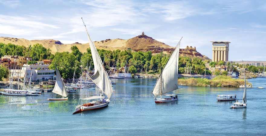 Assuan Staudamm im Nil in Aegypten