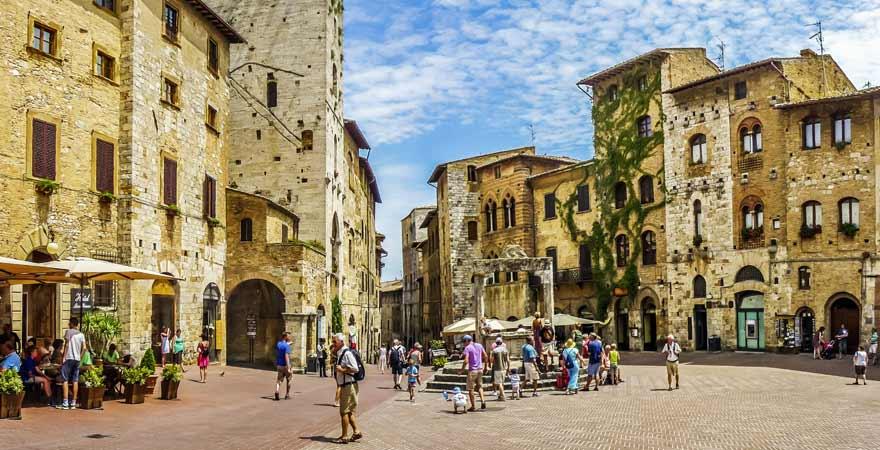 Piazza della Cisterna in San Gimignano in der Toskana in Italien