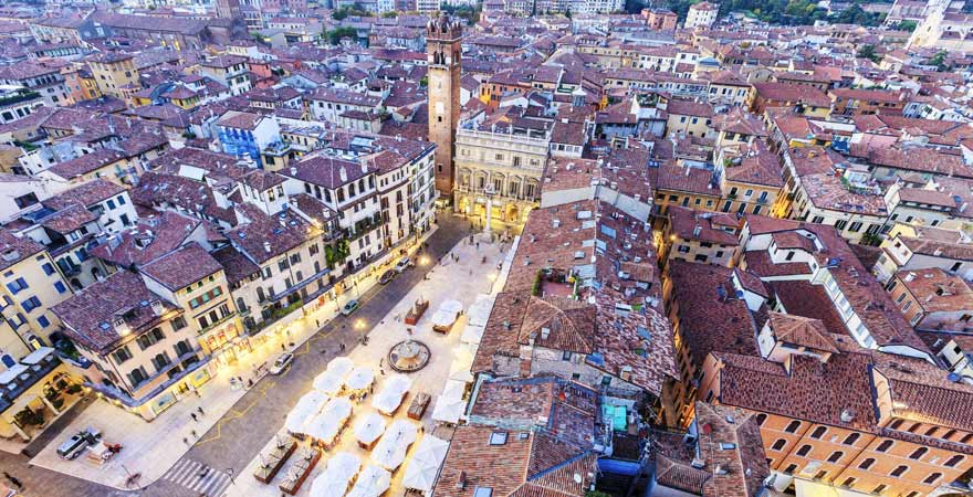 Torre dei Lamberti auf der Piazza del Comune in Verona in Italien