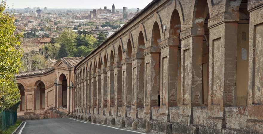 Arkaden in der San Luca Basilica in Bologna in Italien