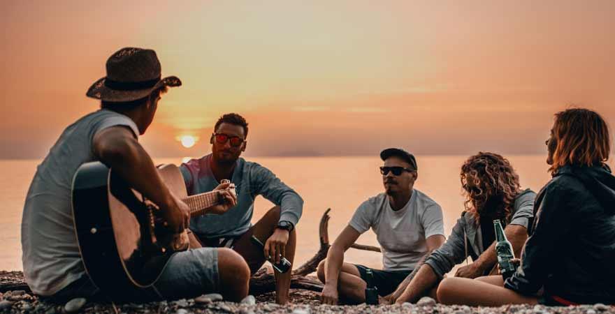 Junge Menschen bei Sonnenuntergang in Kroatien