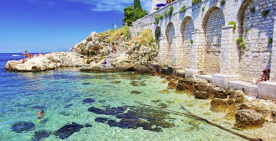 Küste von Rovinj in Kroatien