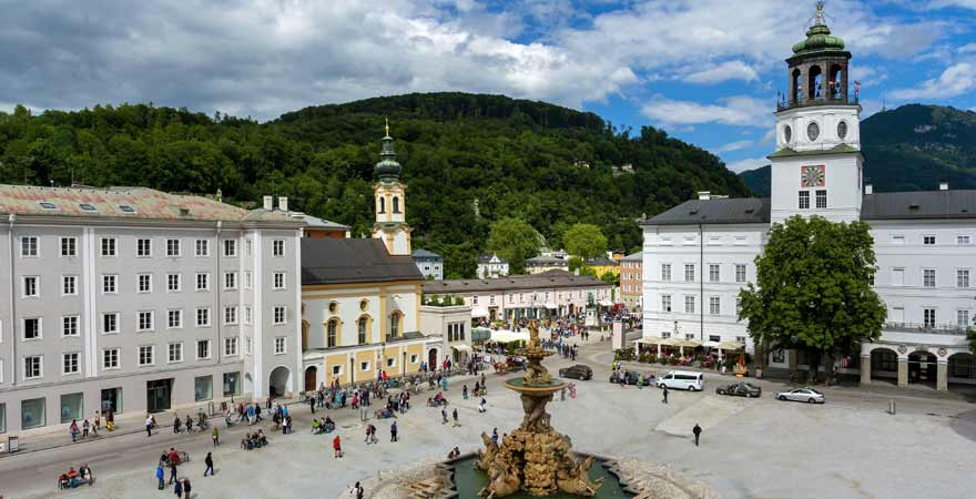 Residenzplatz und Salzburg-Museum-in-der-Neue-Residenz in Salzburg in Österreich
