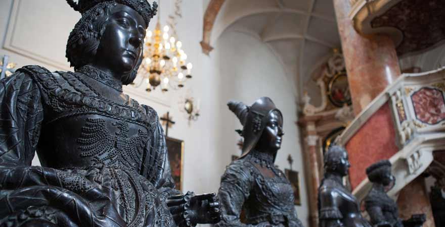 Statuen in der Hofkirche in Innsbruck in Österreich