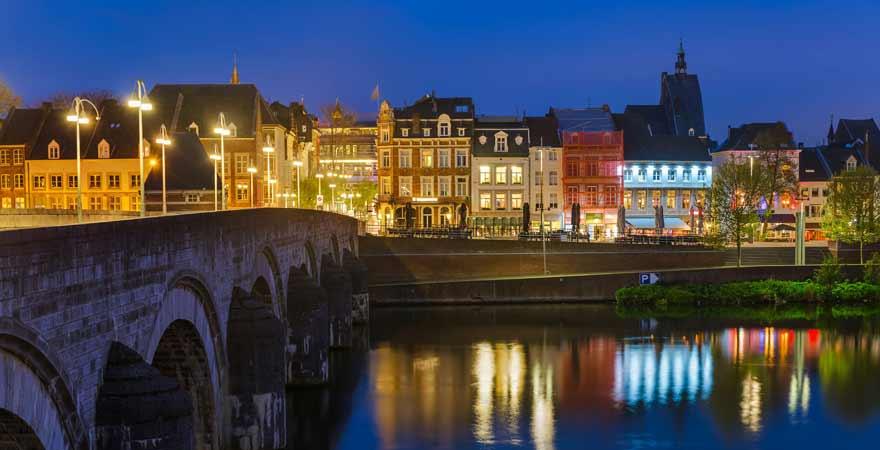 Maastricht in den Niederlanden bei Nacht