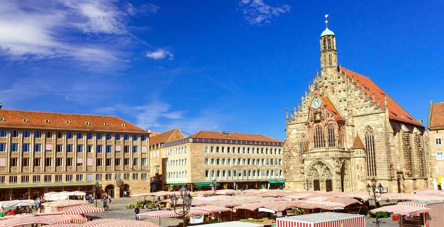 Schöner Brunnen und Frauenkirche in Nürnberg