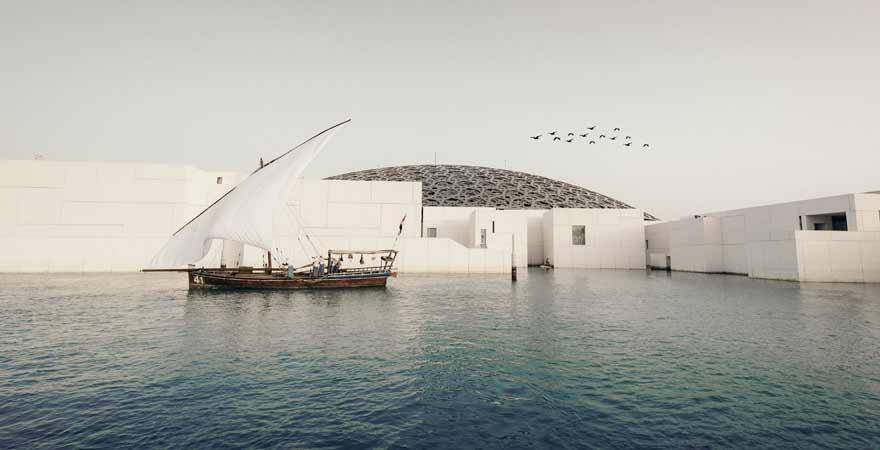 Boot vor dem Louvre in Abu Dhabi