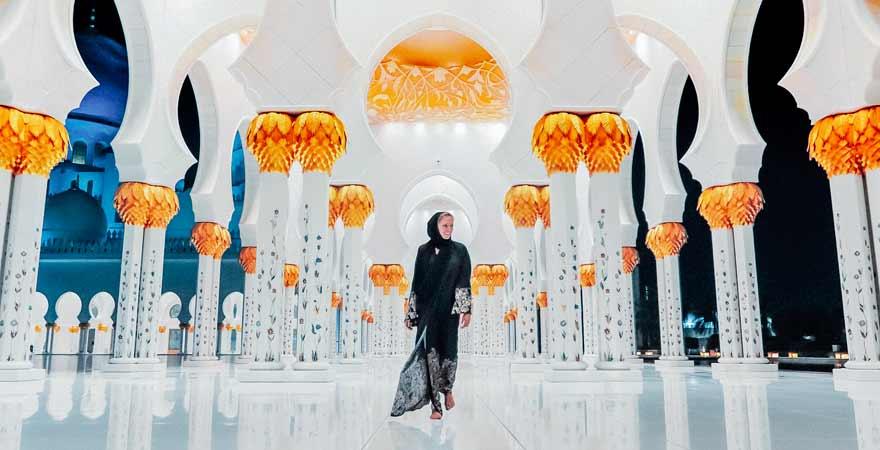 Frau in der Scheich Zayed Moschee