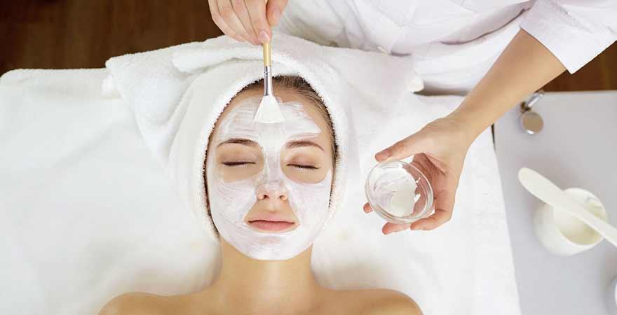 Frau mit Gesichtsmaske beim Wellness