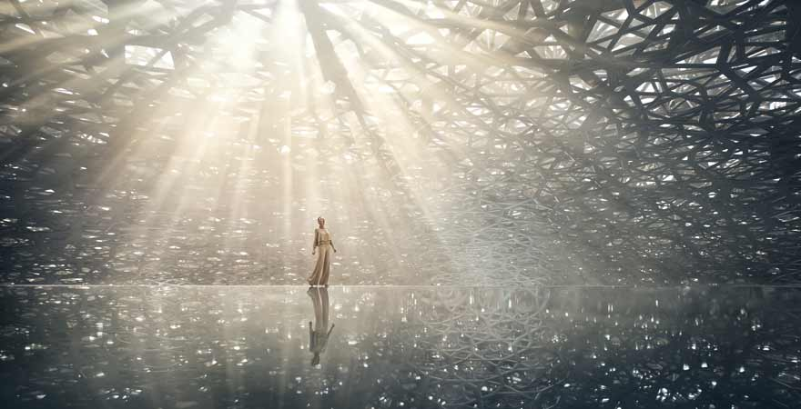 Frau unter dem Palmendach im Louvre in Abu Dhabi