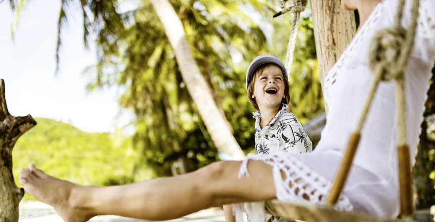 Kind auf einer Schaukel am Strand