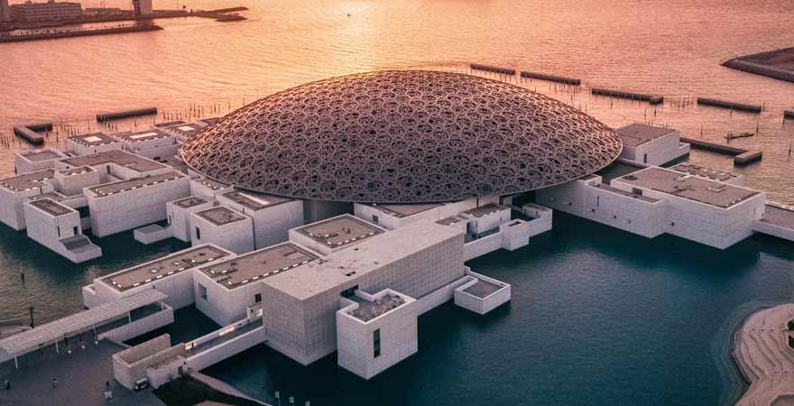 Louvre in Abu Dhabi bei Sonnenuntergang