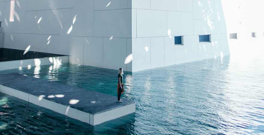Wasser im Louvre in Abu Dhabi