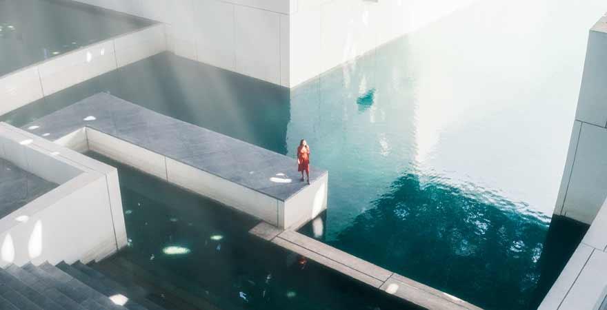 Wasserfläche im Louvre in Abu Dhabi
