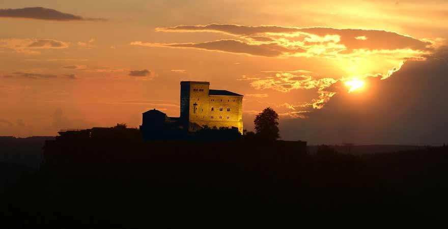 Burg Trifels bei Sonnenuntergang an der Südlichen Weinstraße in der Pfalz