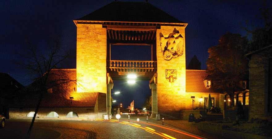 Deutsches Weintor bei Nacht an der Südlichen Weinstraße in der Pfalz