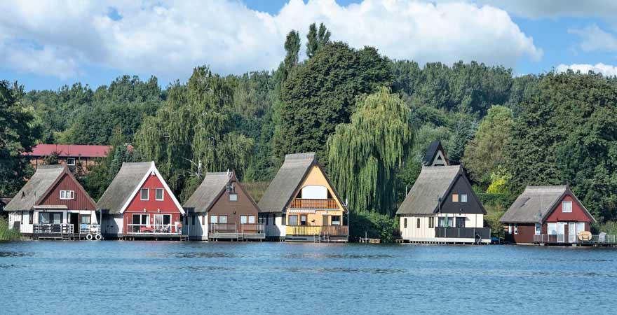 Häuser an der Mecklenburger Seenplatte