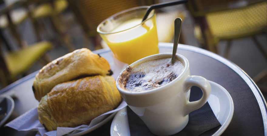 Kaffee und Croissant in einem Cafe