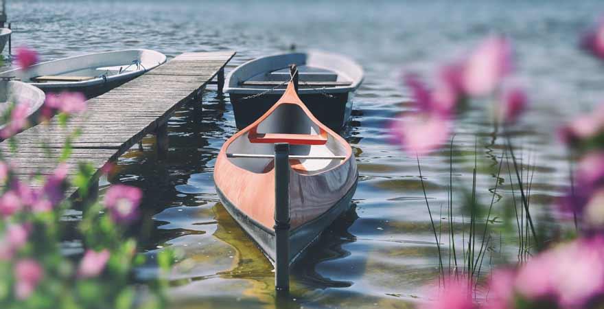 Kanu auf einem See im Müritz Nationalpark