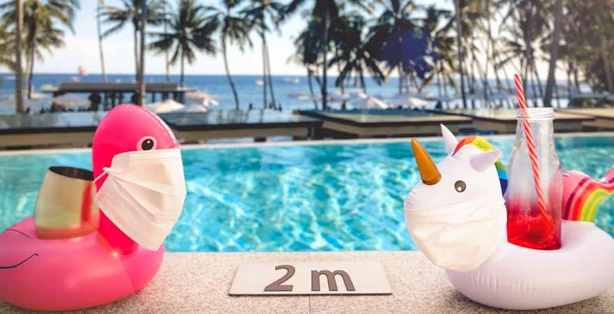 Pooltiere mit Maske und Abstand am Pool wegen Corona