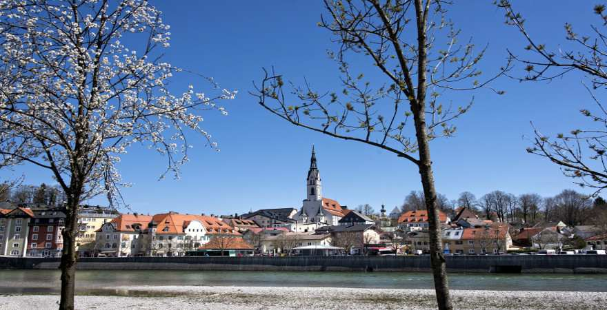 Blick vom Isarufer auf die Altstadt von Bad Toelz