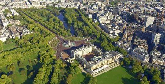 Luftaufnahme vom Buckingham Palace und London