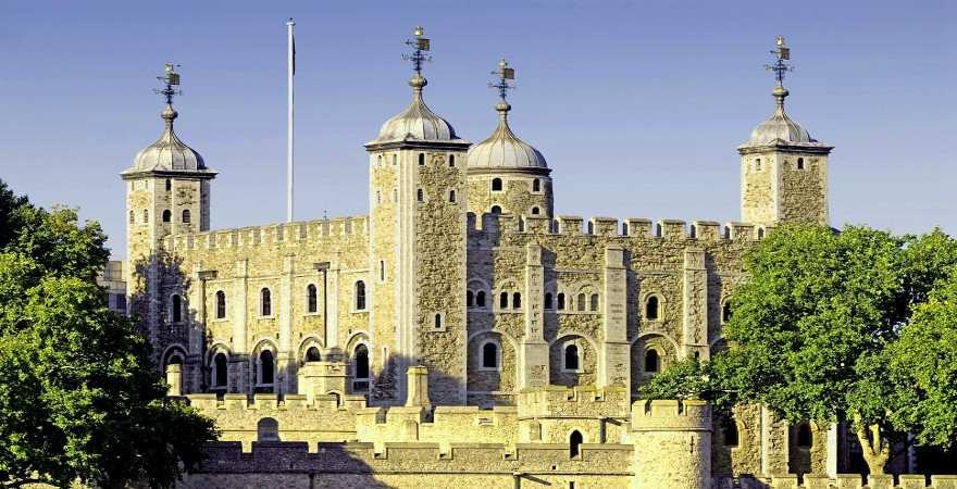 Der Tower of London von der Themse aus gesehen