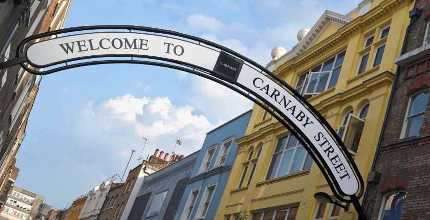 Straßenschild über der Carnaby Street in London