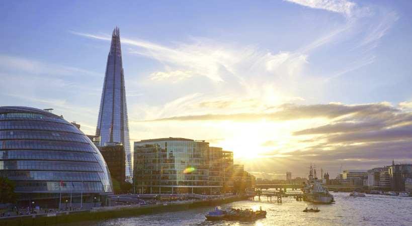 Abendstimmung an der Themse in London mit City Hall und The Shard