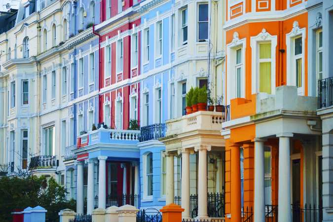 Viktorianische Häuser mit bunten Fassaden an der Portobello Road in London
